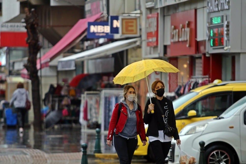 Antalya'da yağışlı hava hayatı olumsuz etkiledi