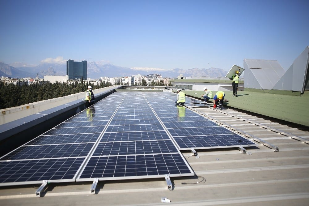 Büyükşehir çatısına güneş panellerinin montajına başlandı