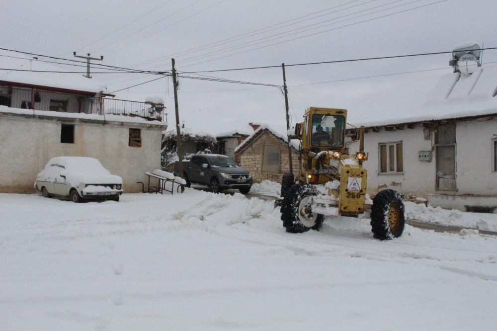 Karla kaplanan yollar açılıyor