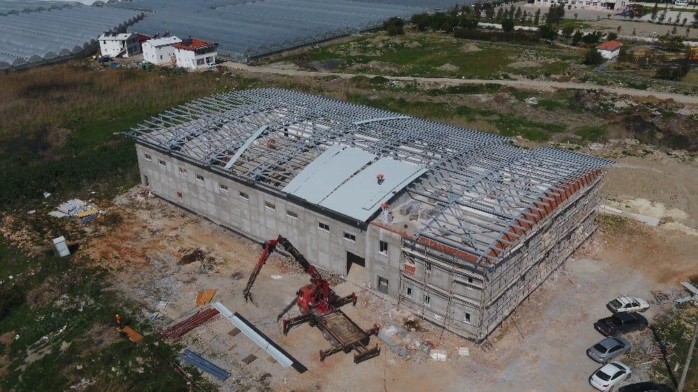 Kaş Ova Spor Salonu Projesi'nde çelik çatı kapandı