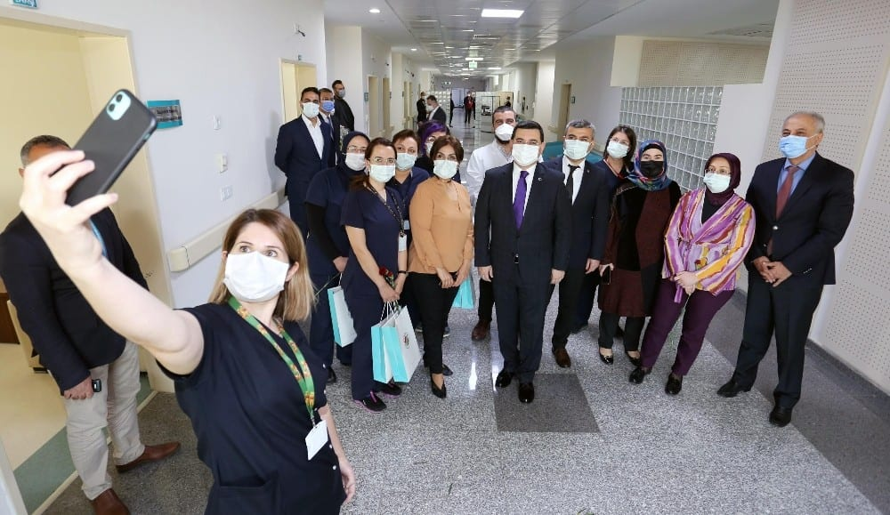 Tütüncü sağlık çalışanlarının kadınlar gününü kutladı