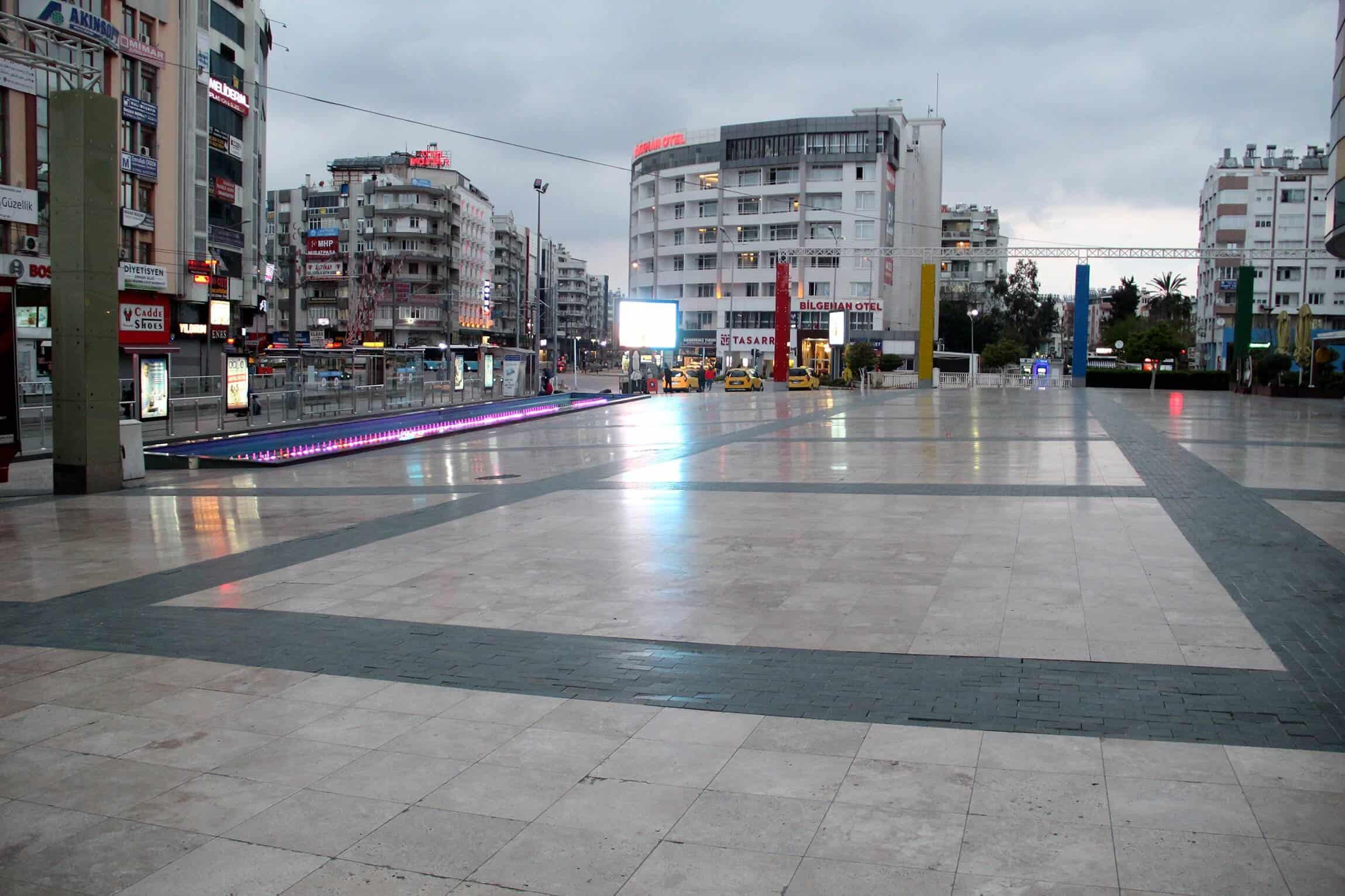 Antalya'da sokaklar ıssızlığa büründü
