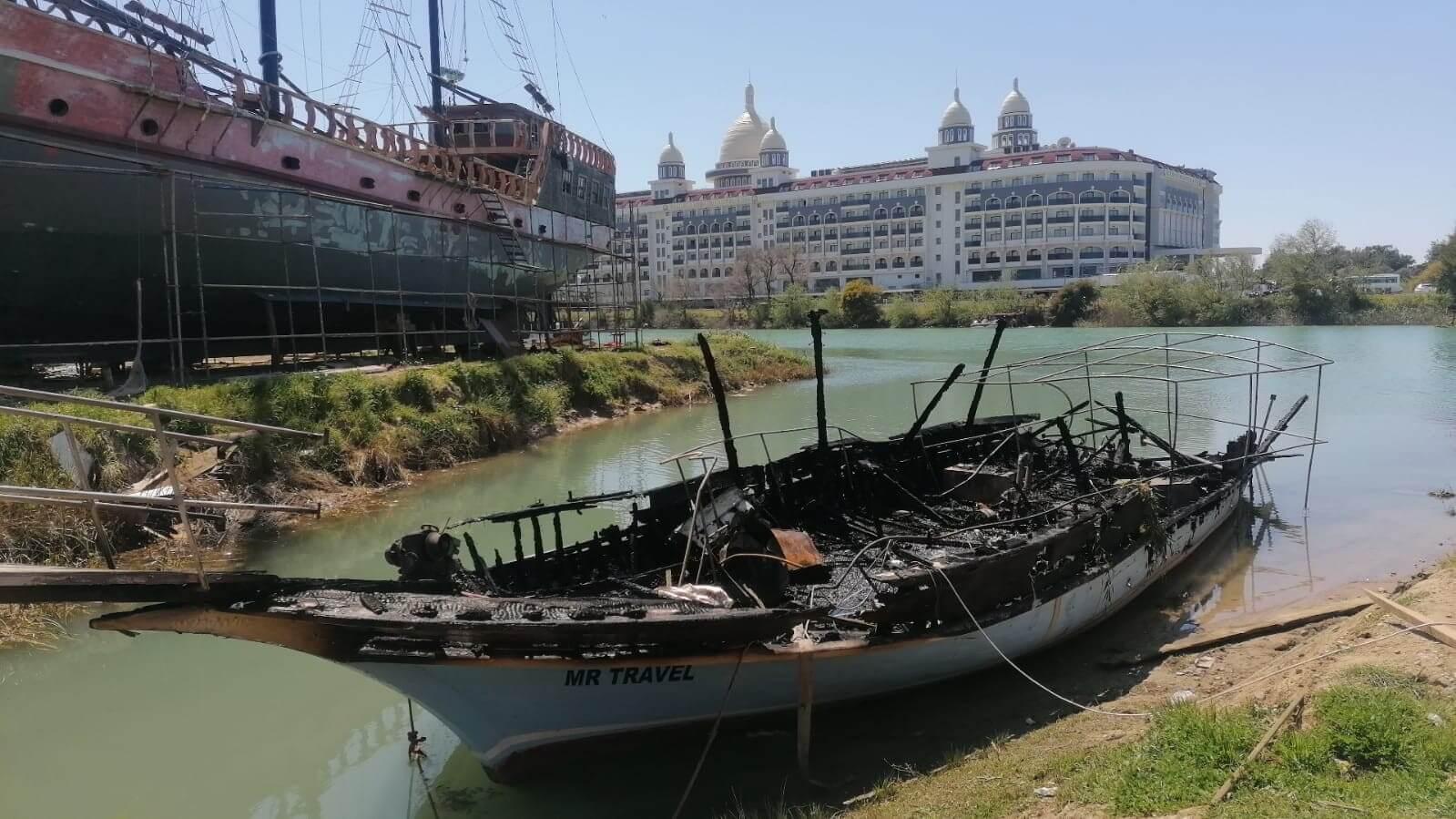 Manavgat'ta çekek yerindeki 2 tekne alev alev yandı